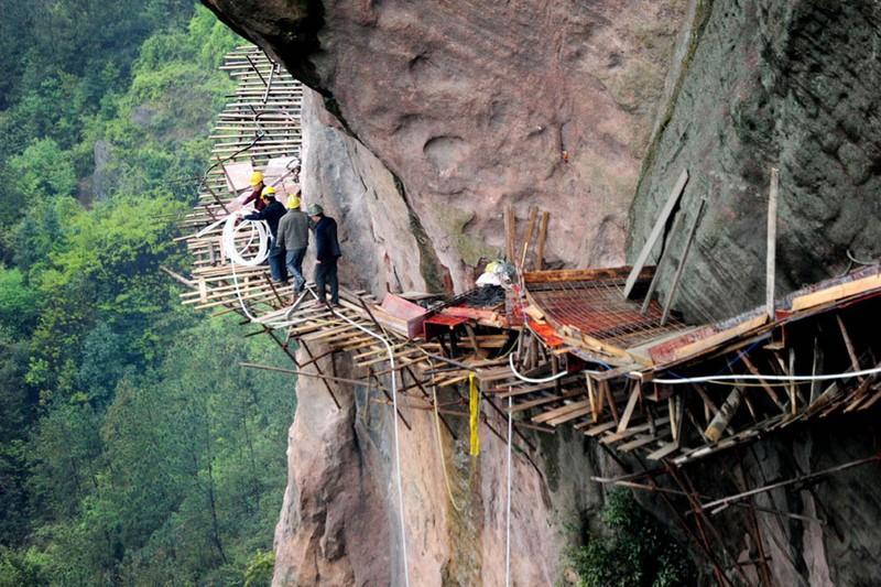 Công nhân Trung Quốc treo 'lơ lửng' tính mạng trên không - ảnh 2