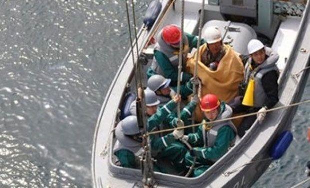 Thủy phi cơ rơi xuống biển, ngư dân cứu sống cả phi hành đoàn - ảnh 1