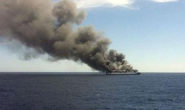 Phà chở 170 người bất ngờ bốc cháy  - ảnh 1