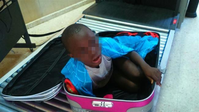 Đứa bé 8 tuổi bị nhét trong vali để vượt biên giới - ảnh 1