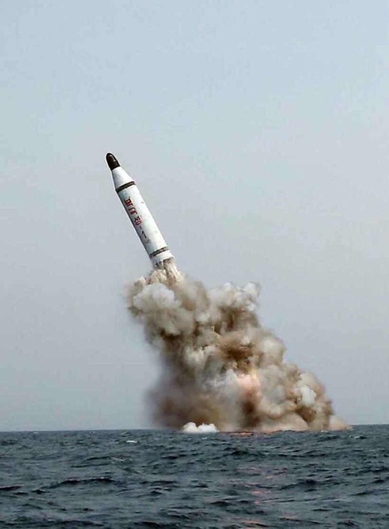 Bắc Triều Tiên thử nghiệm bắn tên lửa từ tàu ngầm - ảnh 1