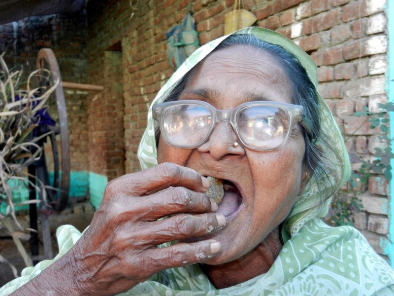 Kỳ lạ: Bà cụ sống nhờ ăn...cát - ảnh 5