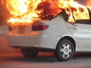 Đang lái xe hút thuốc làm cháy xe hơi - ảnh 1