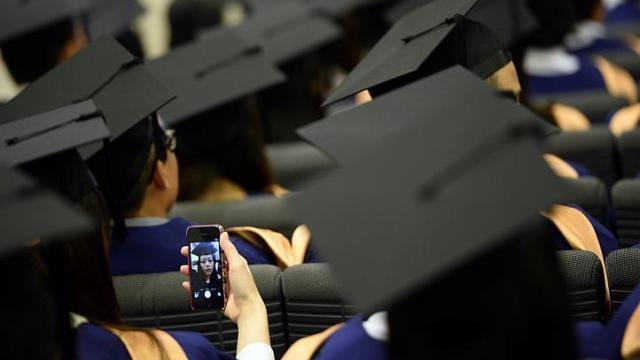 Bị đình chỉ vì 'tự sướng' trong lễ tốt nghiệp - ảnh 1