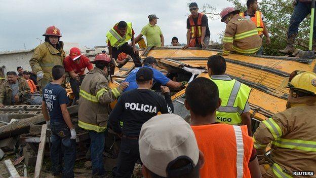 Lốc xoáy lớn giết chết ít nhất 13 người - ảnh 1