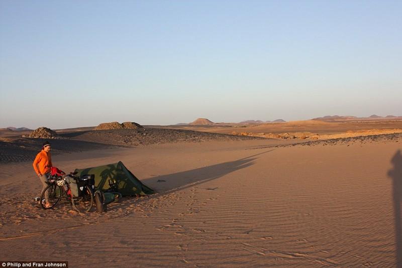 Cặp đôi du ngoạn bằng xe đạp từ Trung Quốc đến tận cùng Nam Phi - ảnh 2