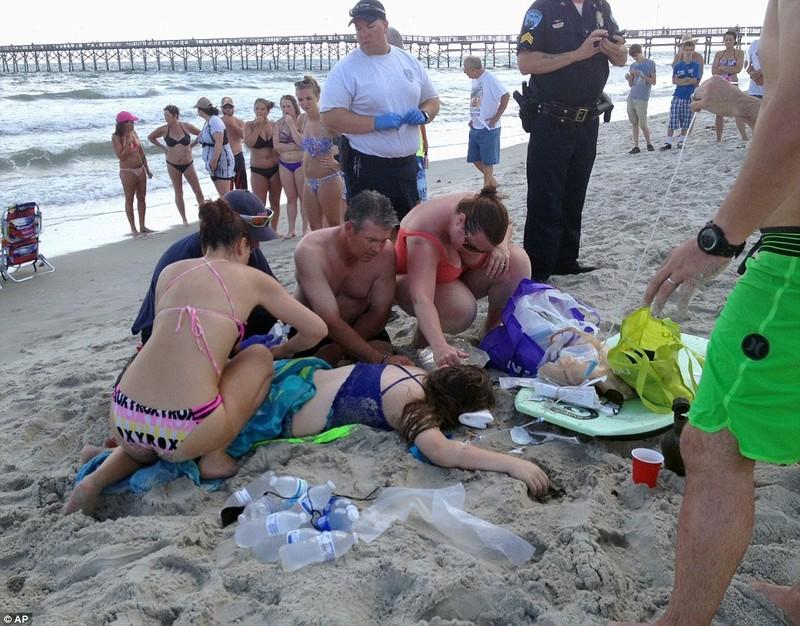 Hai cô cậu tắm biển bị cá mập tấn công dã man - ảnh 1