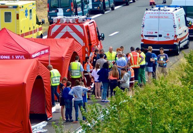Xe buýt chở 34 trẻ em bị tai nạn kinh hoàng  - ảnh 1