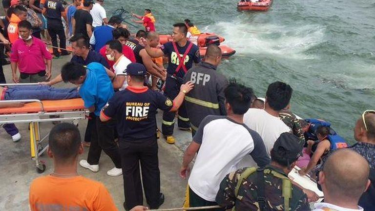 Chìm phà chở 173 người, 33 người chết đuối - ảnh 1
