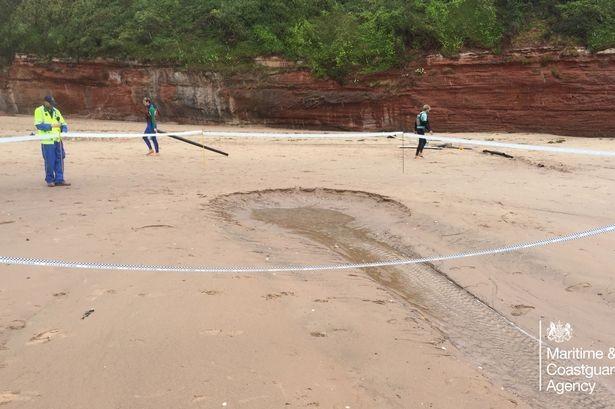 Bãi biển bỗng dưng xuất hiện hố sâu có đường kính 5 mét - ảnh 1