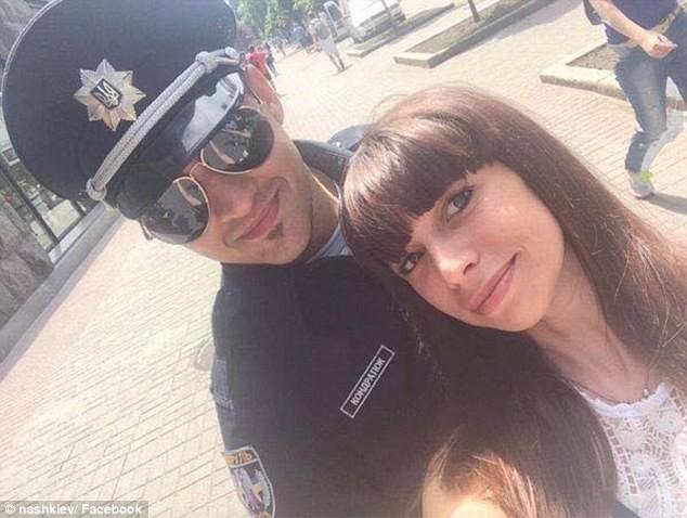 Ukraine tung đội cảnh sát 'đẹp hút hồn' chụp hình tự sướng với dân - ảnh 3