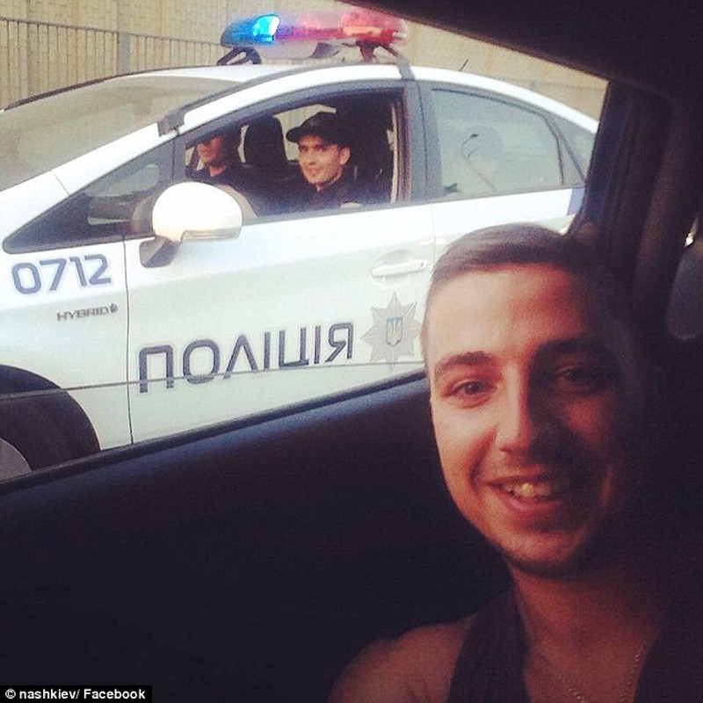 Ukraine tung đội cảnh sát 'đẹp hút hồn' chụp hình tự sướng với dân - ảnh 4