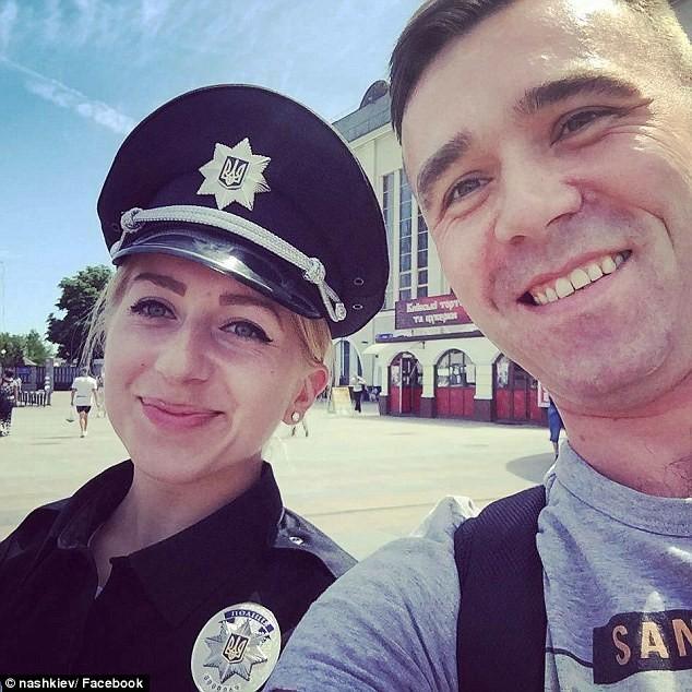 Ukraine tung đội cảnh sát 'đẹp hút hồn' chụp hình tự sướng với dân - ảnh 2