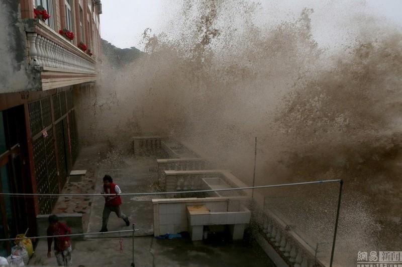 Siêu bão Chan-hom bắt đầu càn quét miền Đông Trung Quốc - ảnh 1