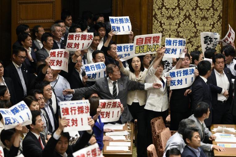 Quốc hội Nhật 'nhốn nháo' vì dự luật phòng vệ tập thể  - ảnh 1