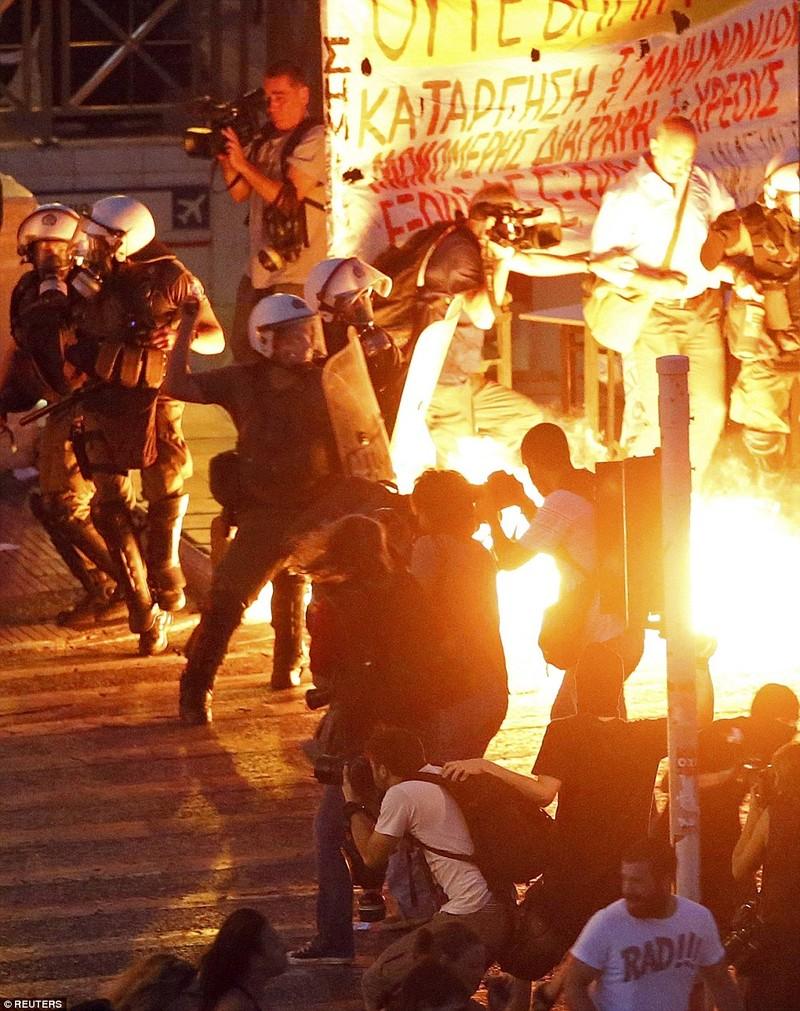 Thủ tướng Hy Lạp gặp khó, dân Athens tấn công quốc hội - ảnh 3