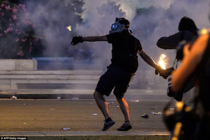 Thủ tướng Hy Lạp gặp khó, dân Athens tấn công quốc hội - ảnh 4
