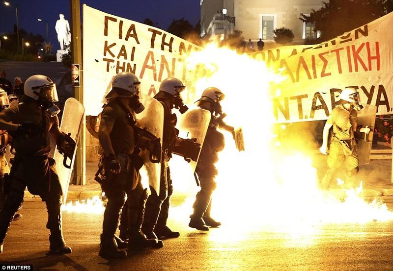 Thủ tướng Hy Lạp gặp khó, dân Athens tấn công quốc hội - ảnh 6