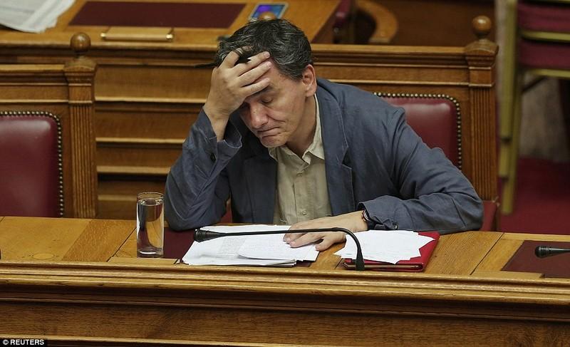 Thủ tướng Hy Lạp gặp khó, dân Athens tấn công quốc hội - ảnh 8