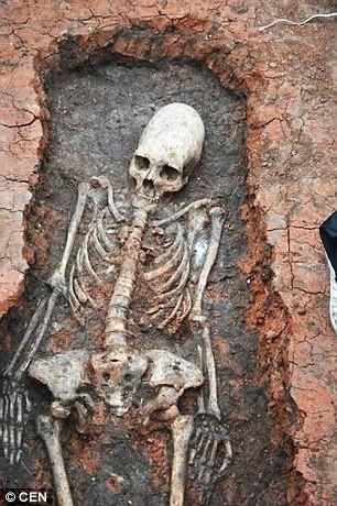 Tìm thấy bộ xương 2000 tuổi đầu hình nón, nghi người ngoài hành tinh - ảnh 1