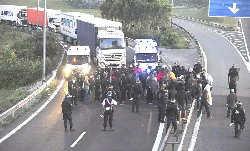 Hơn 200 người chắn hầm biên giới đòi Pháp cho vào Anh - ảnh 5