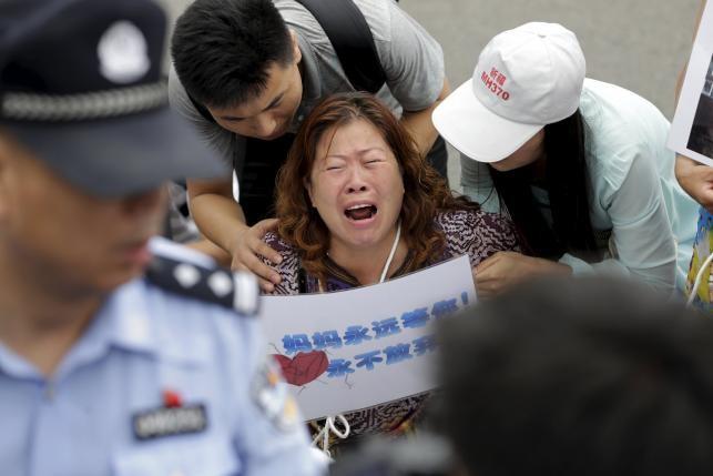 Gia đình nạn nhân MH370 giận dữ, đụng độ với cảnh sát - ảnh 1