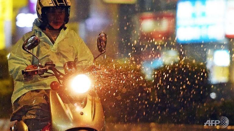 Siêu bão đổ bộ vào Đài Loan, cuốn người ra biển - ảnh 1