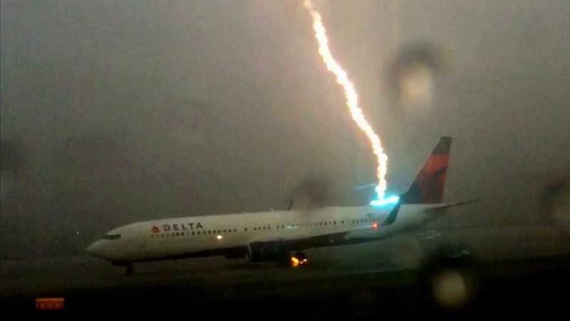 Clip máy bay bị sét đánh tại sân bay - ảnh 1