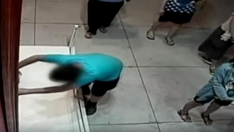 Trượt chân, cậu bé làm hỏng tranh quý 1,5 triệu đô - ảnh 1