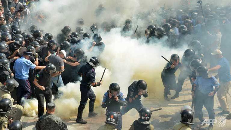 Ukraine: Đụng độ kinh hoàng trước tòa nhà quốc hội  - ảnh 1