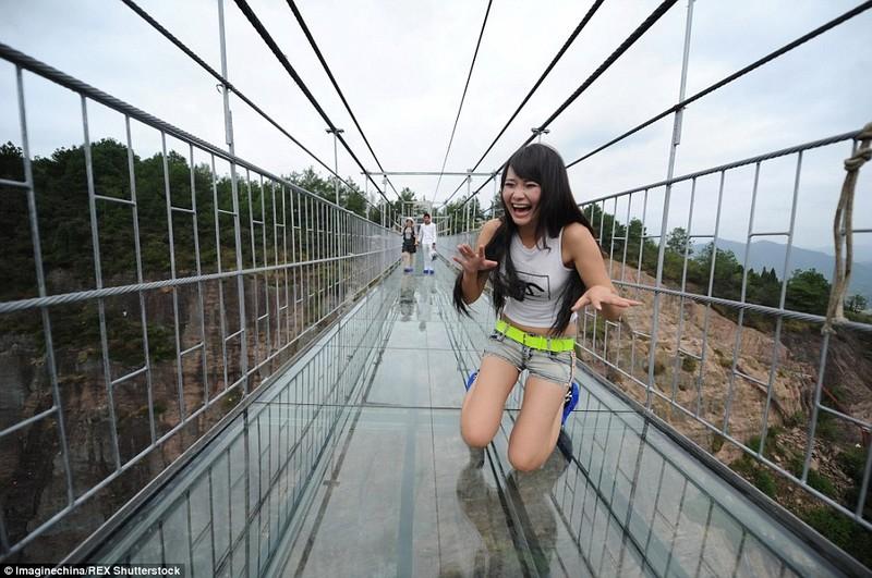 'Cứng chân' khi đi qua cầu treo trong suốt - ảnh 1