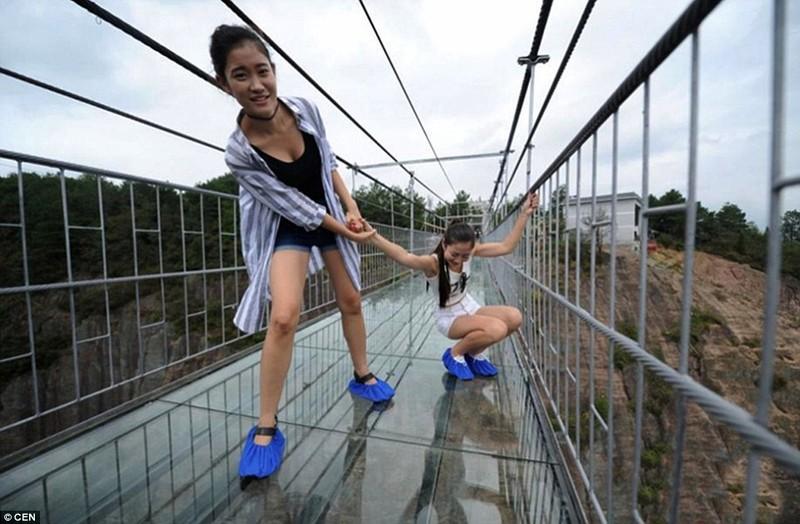 'Cứng chân' khi đi qua cầu treo trong suốt - ảnh 5