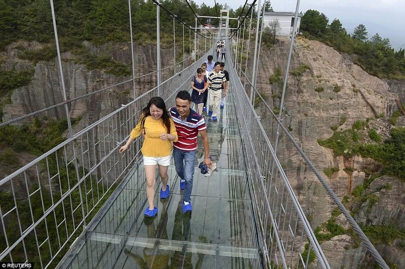'Cứng chân' khi đi qua cầu treo trong suốt - ảnh 6