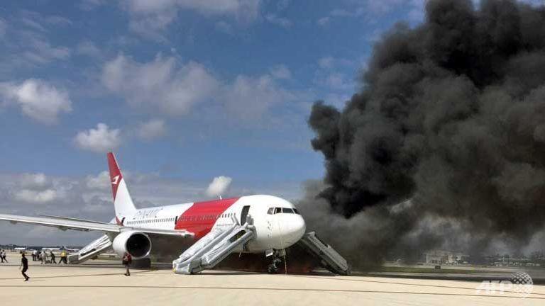 Mỹ: Máy bay chở 101 người bất ngờ bốc cháy - ảnh 1