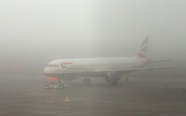 Sương mù 'bất thường' cản trở hàng loạt chuyến bay châu Âu - ảnh 1