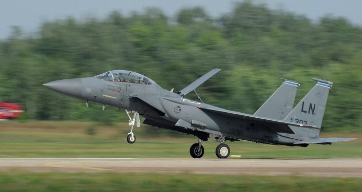 Mỹ dùng chiến đấu cơ F-15C để ngăn Nga 'gây hấn' - ảnh 1