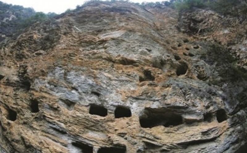 Bí ẩn 131 quan tài cổ cheo leo trên vách đá cao 100 m - ảnh 1