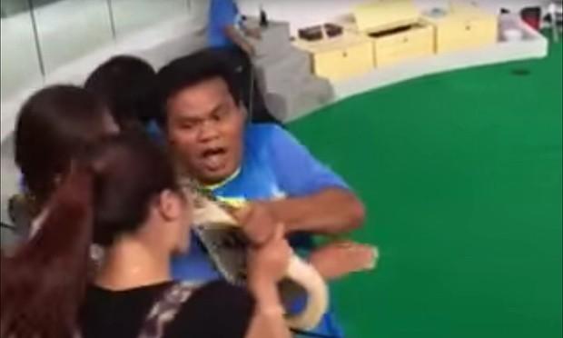 Du khách Trung Quốc suýt nát mũi vì… hôn con trăn - ảnh 1