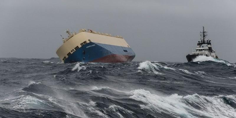 'Tàu ma' chở đầy dầu sắp lao thẳng vào bờ biển Pháp - ảnh 1