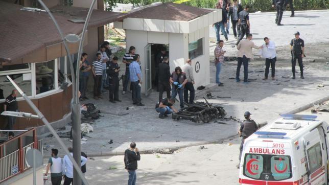Đánh bom xe tự sát khiến 2 cảnh sát thiệt mạng, 22 người bị thương - ảnh 1