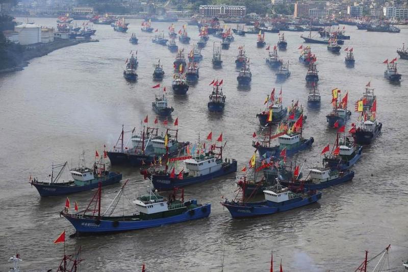Tàu cá Trung Quốc đâm vào tàu chở hàng nước ngoài, 17 người mất tích - ảnh 1