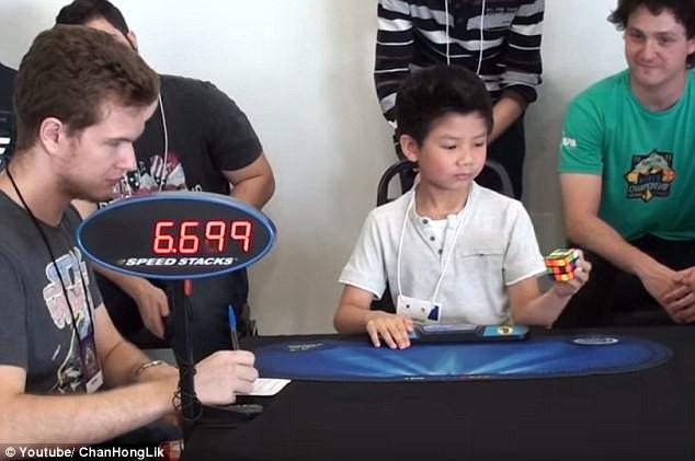 Câu bé 7 tuổi chinh phục khối rubik bằng một tay trong 27 giây - ảnh 1