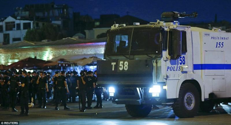 Thổ Nhĩ Kỳ: Đảo chính thất bại, hàng trăm lính bị bắt - ảnh 11