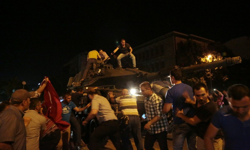 Thổ Nhĩ Kỳ: Đảo chính thất bại, hàng trăm lính bị bắt - ảnh 12