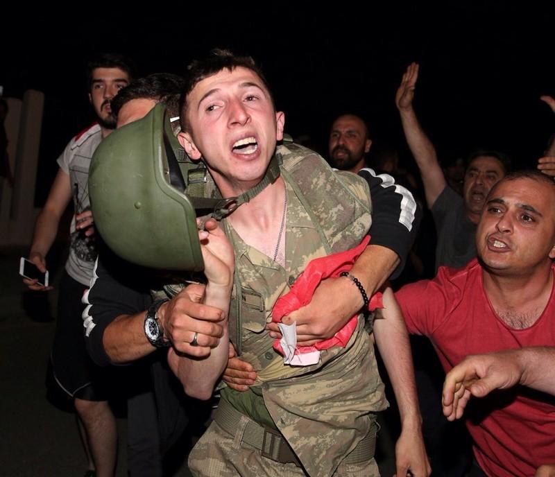 Thổ Nhĩ Kỳ: Đảo chính thất bại, hàng trăm lính bị bắt - ảnh 5