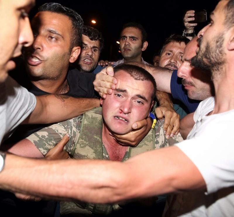 Thổ Nhĩ Kỳ: Đảo chính thất bại, hàng trăm lính bị bắt - ảnh 7