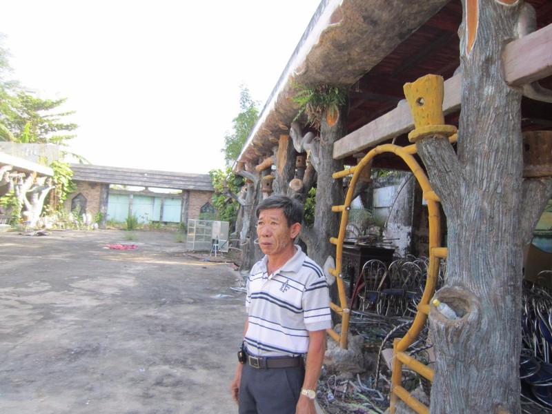 Ông Thân Tiến Hùng bên cảnh hoang tàn của Hoa Viên Cầu Xéo mà ông xây dựng