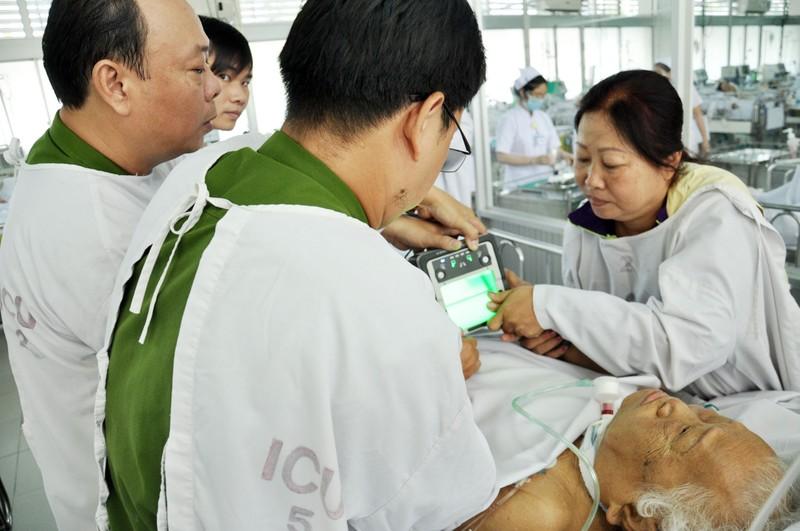 Cuối tuần vào bệnh viện làm CMND cho bệnh nhân - ảnh 2