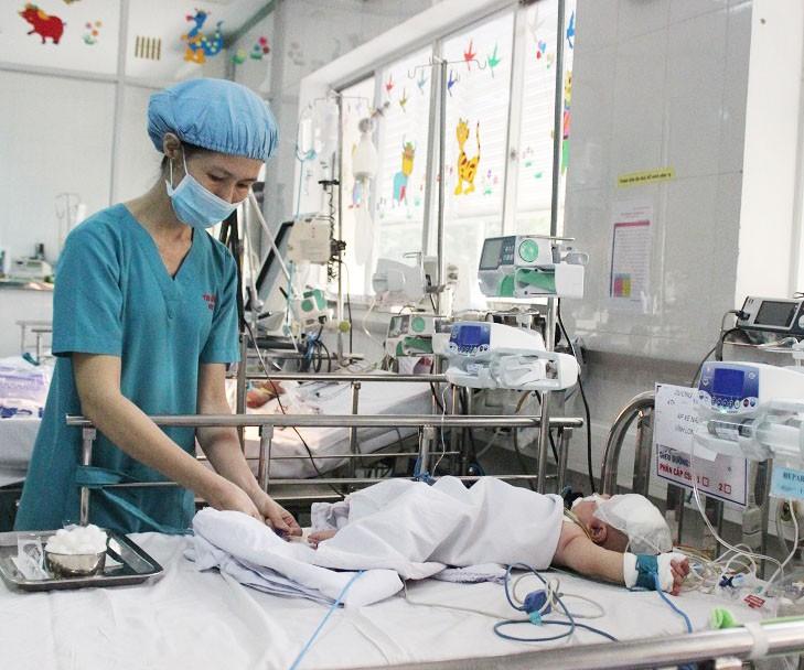 Bé sơ sinh bị đâm dao vào đầu tạm thoát viêm màng não mủ - ảnh 1