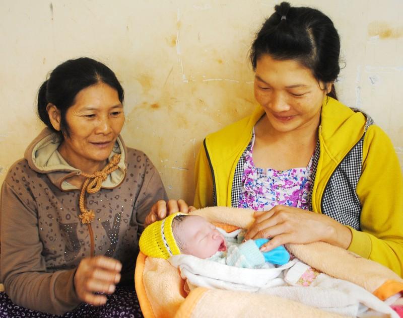 Thai phụ đi chợ đẻ rớt con trong nhà vệ sinh - ảnh 1